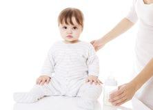 Mutter, die neugeborenes Baby einzieht Stockfotos