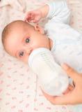 Mutter, die neugeborenes Baby einzieht Lizenzfreie Stockfotografie