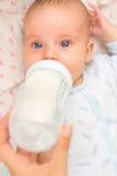 Mutter, die neugeborenes Baby einzieht Lizenzfreie Stockfotos
