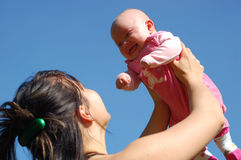Mutter, die neugeborenes Schätzchen anhält Stockfotografie