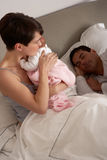 Mutter, die neugeborenes Schätzchen im Bett streichelt Stockbilder