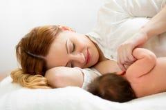 Mutter, die neugeborenes Schätzchen stillt Stockfotografie