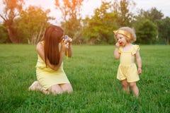 Mutter, die Schüsse der Tochter im Park nimmt stockfoto