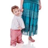Mutter, die Tochter anhält lizenzfreie stockbilder