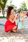 Mutter, die Tochter kämmt lizenzfreies stockfoto