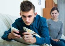 Mutter, die um Aufmerksamkeit des Jugendlichen bittet lizenzfreies stockbild