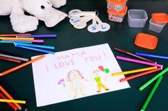 Mutter die Zeichnung des Kindes, ich liebe dich Stockbilder