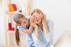 Mutter, die zu Hause mit ihrer Tochter spielt Stockfotos