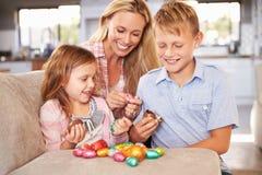 Mutter, die zu Hause Ostern mit Kindern feiert Stockbilder