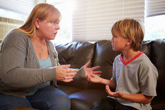Mutter, die zu Hause weg vom Sohn sagt Stockbild