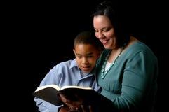 Mutter, die zum Sohn liest Lizenzfreie Stockbilder
