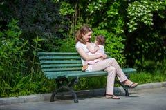 Mutter, die zur Tochter lächelt stockfotos