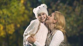 Mutter, die zusammen Tochter, süße Momente, glückliche Kindheit, Mutterschaft küsst stock video footage