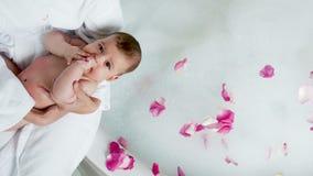 Mutter in einem Bademantel, der ein Baby in den Händen hält stock video footage