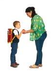 Mutter geben ihrem Sohn Apfel Stockfoto