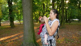 Mutter geht in den Park mit ihrem Baby stock video