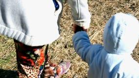 Mutter geht mit einem kleinen Kind und h?lt seine Hand Aufbau mit Schrauben und Muttern stock video