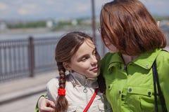 Mutter geht mit ihrer Tochter Stockfoto