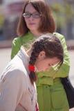 Mutter geht mit ihrer Tochter Stockfotos