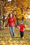 Mutter geht mit Sohn spazieren Stockbild