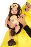 Mutter gekleidet als Banane mit Affebabyabschluß Lizenzfreies Stockfoto