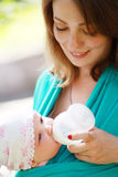 Mutter gibt Tochtergetränk-Wasserflaschen lizenzfreie stockfotos