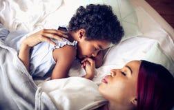 Mutter hält ihre Träume stockbilder