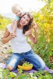 Mutter hält ihren Sohn auf Schultern Stockfotografie