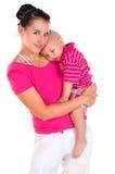 Mutter hält ihren Sohn in den Armen an und umarmt ihn Stockfoto
