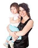 Mutter hält Tochter auf Händen an Stockfoto