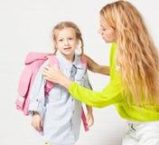 Mutter hilft ihrer Tochter, zur Schule fertig zu werden Lizenzfreies Stockfoto