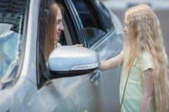 Mutter im Auto und in der Tochter nahe Lizenzfreies Stockfoto