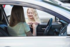 Mutter im Auto und in der Tochter nahe Lizenzfreie Stockbilder