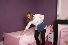 Mutter im Schlafzimmer des Kindes Lizenzfreie Stockfotos