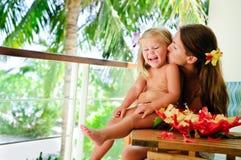 Mutter küssen ihre Tochter am tropischen Garten Stockfotos