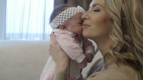 Mutter küsst ihr Baby stock video footage