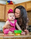 Mutter küsst ihr Baby lizenzfreies stockfoto