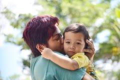 Mutter küsst ihren Sohn Lizenzfreies Stockfoto
