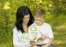 Mutter-Kind, das ein Buch liest Lizenzfreies Stockbild
