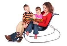 Mutter liest Buch mit Kindern lizenzfreies stockbild