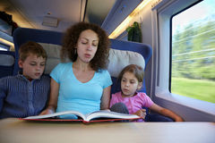 Mutter liest Buch zu den Kindern lizenzfreie stockfotografie