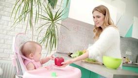 Mutter mit Baby auf Küche Gesunde Säuglingsnahrung Frau, die Gemüse kocht stock footage