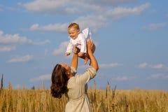 Mutter mit Baby an einem sonnigen Tag Stockfotografie
