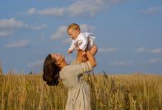 Mutter mit Baby an einem sonnigen Tag Stockbilder
