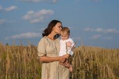 Mutter mit Baby an einem sonnigen Tag Lizenzfreie Stockfotos