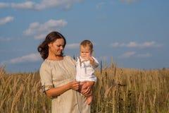 Mutter mit Baby an einem sonnigen Tag Lizenzfreie Stockbilder