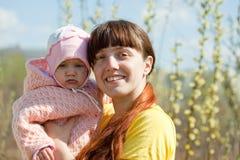 Mutter mit Baby im Frühjahr Stockfotografie