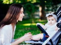 Mutter mit Baby an im Freien stockbild