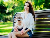 Mutter mit Baby an im Freien lizenzfreies stockbild