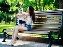 Mutter mit Baby an im Freien stockfoto